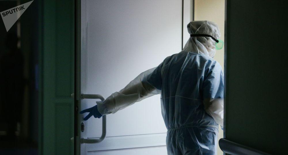 Медик клинической больницы. Архивное фото