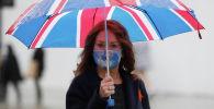 Женщина в маске на Оксфорд-стрит в Лондоне. Архивное фото