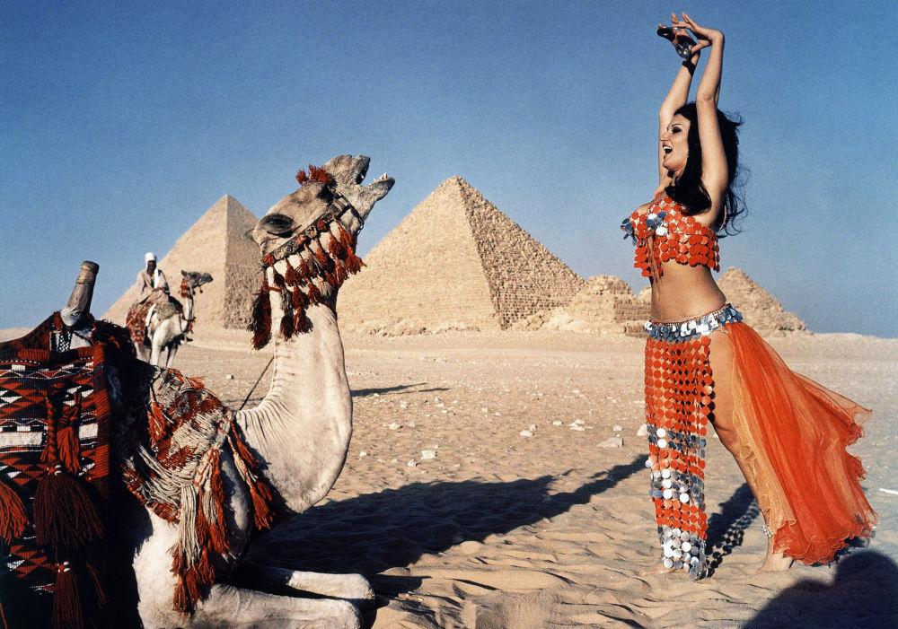 Чыгыш бийин (танец живота) бийлеп жаткан кыз. Сүрөт 1969-жылы Египеттин Каир шаарына жакын жерде тартылган.