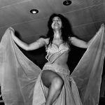 Бийчи Сохаир Заки тыюу салынган костюм менен уят катары саналган көрүнүштө турат. Египеттик түшүнүк боюнча каптал жагы жырык көйнөк кийүү сексуалдуулукка азгыруу деп эсептелет.