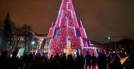 Постсоветские страны готовятся к встрече Нового года — улицы и площади украшают, устанавливают елки. Во многих городах зажгли и традиционные темы, в том числе в Бишкеке.