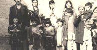 Бахарак айылындагы Элдик демократиялык партиянын мүчөсү үй-бүлөсү менен. Түндүк Афганистан, Бадахшан аймагы, Бахарак уезди. 1980-жыл, март айы.