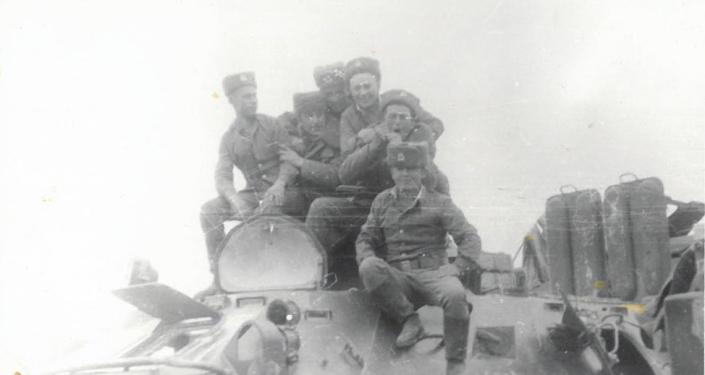 501-өзүнчө оор батальондун зенитка аткычы Алмазбек Аралбаев (биринчи ылдый жактан) полктоштору менен. Түндүк Афганистан. Кундуз аймагы. 1987-жыл.март айы.