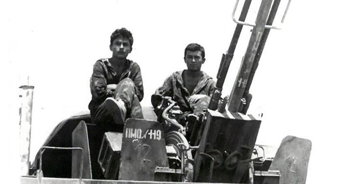 Алмазбек Аралбаев (оң жакта) Арсен Садуев (Дагестан, Казбек району). Түндүк Афганистан. Пули-Хумри шаары. 1988-жыл.апрель айы.