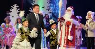 Исполняющий обязанности Президента КР, торага Жогорку Кенеша Талант Мамытов на новогоднем представлении для детей