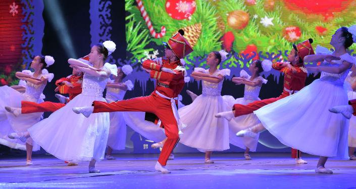 Выступление артистов на президентской елке для в Бишкеке