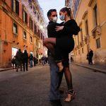 Люди танцуют танго на улице в Риме.