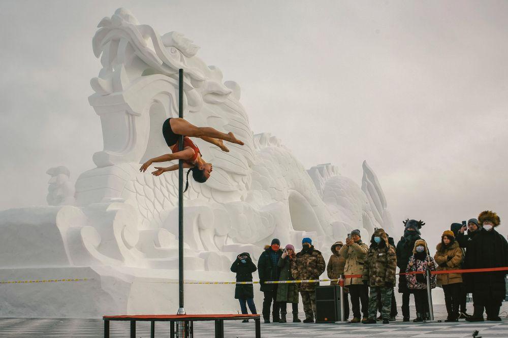Соревнования по танцам на пилоне в Китае при 30-градусном морозе.
