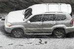 Автомобиль припаркованный на улице во время снегопада. Архивное фото