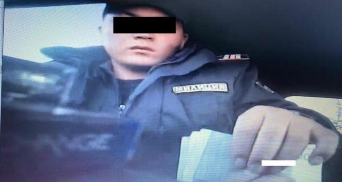 УКМКнын билдиришинче, мекеменин Коррупцияга каршы күрөшүү кызматы Чүйдүн жол инспекторлору Ак-Тилек көзөмөл-өткөрүү пунктунан дайыма пара алып жүрүшкөндүгүн аныктаган