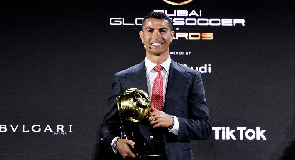 Нападающий туринского Ювентуса и сборной Португалии Криштиану Роналду награжденный Globe Soccer Awards как лучший футболист XXI века. Дубай, ОАЭ. 27 декабря 2020 года