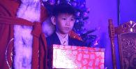 Семилетний Рустам Ташматов из Бишкека получивший к Новому году подарок от президента России Владимира Путина