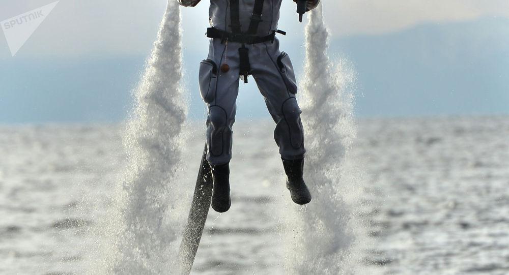 Человек на летательном аппарате. Архивное фото
