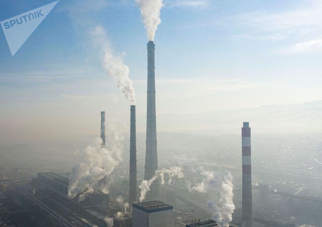 Вид на трубы ТЭЦ Бишкека окутанного густым смогом