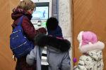 Женщина у банкомата снимает деньги. Архивное фото