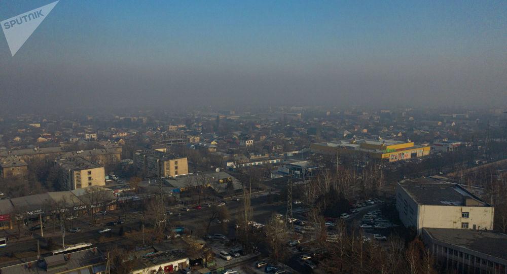 Вид на здания и дома вокруг улицы Чуй в Бишкеке