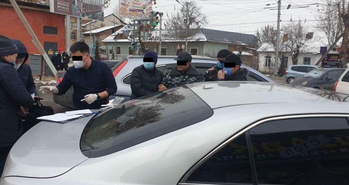 Маалыматка караганда, колго түшкөн 48 жаштагы К.М.А. Кыргызстандын аймагы аркылуу жүк ташуучу транспорт каражаттарын транзиттик жол менен өткөрүү үчүн жеке ишкерден акча талап кылган