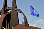 Развевающийся на ветру флаг НАТО в штаб-квартире НАТО. Архивное фото