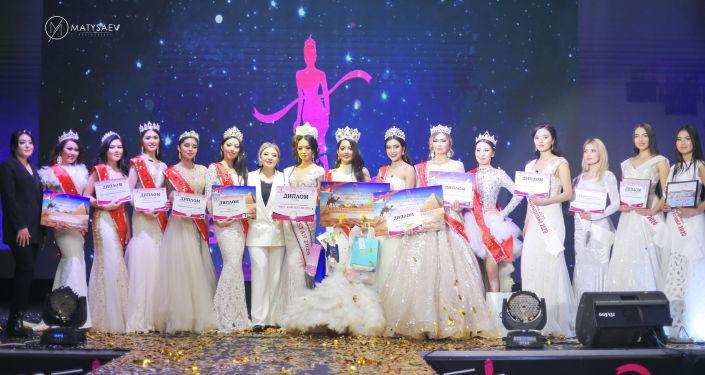 По итогам всех выступлений в полуфинал выбрали 80 девушек, в финал вышла 31