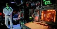 Офицер ВМС США у палубы управления вооружением авианосца Монтерей в черноморском порту Констанца. Румыния, 7 июня 2011 года