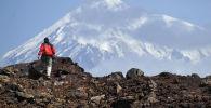 Турист во время подъема на гору. Архивное фото