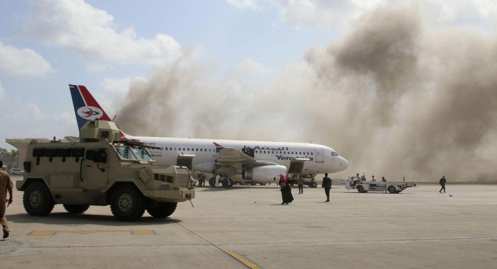 Военный автомобиль на взлетной полосе в аэропорту Адена после прогремевшего взрыва, Йемен. 30 декабря 2020 года