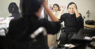 Розе Бегалиевой 47 лет, она живет на окраине Бишкека. В этом году женщина открыла небольшой салон красоты на окраине города. Сегодня у мастера нет отбоя от посетителей.