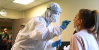 ПЦР тест алып жаткан медицина кызматкери. Архив