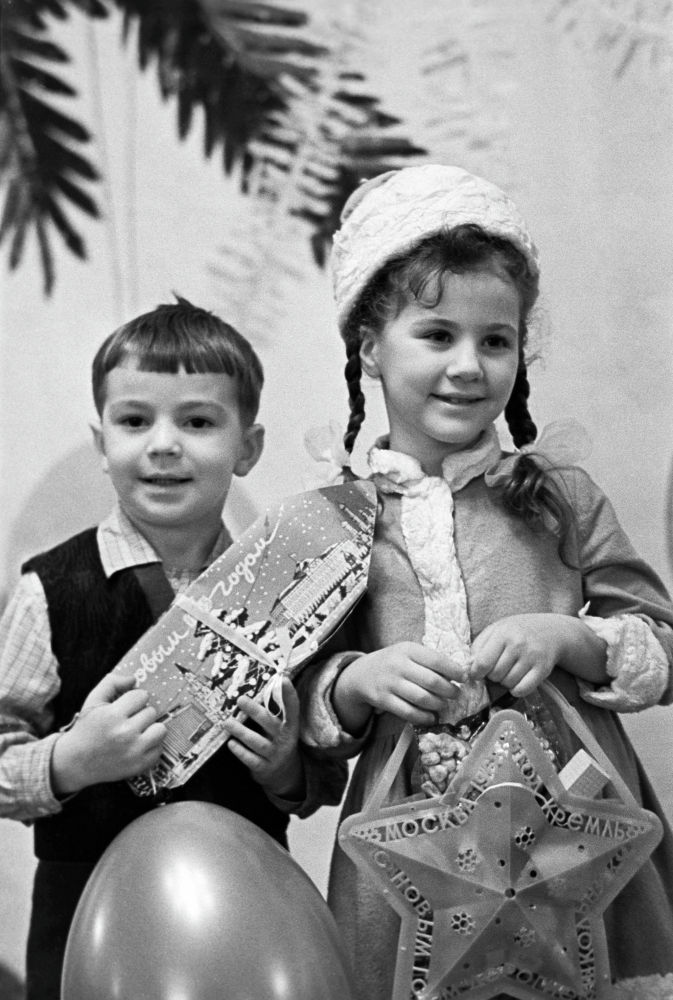 Кремлдин съезддер сарайындагы жаңы жылдык кечеде Аяз атадан белек алган балдар. 1965-жыл