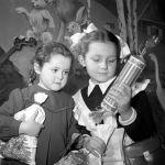 Аяз ата менен Аяз кыздан жаңы жылдык белек алган балдар. 1954-жыл