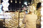 Женщина фотографирует новогоднюю инсталляцию во время рождества. Архивное фото