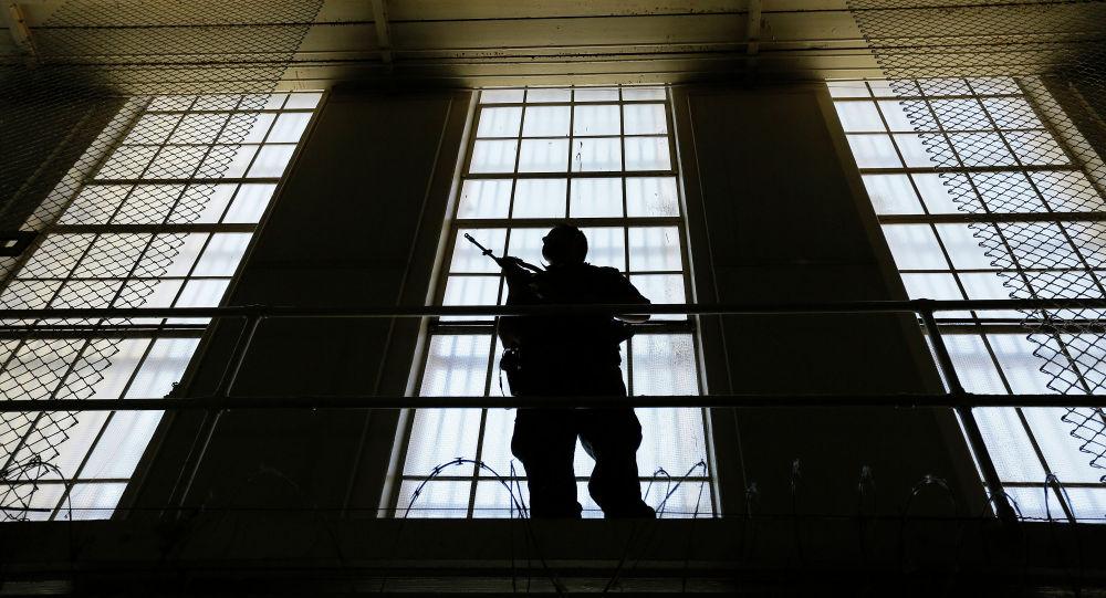 Охранник стоит на страже восточного блока камер смертников в тюрьме. Архивное фото