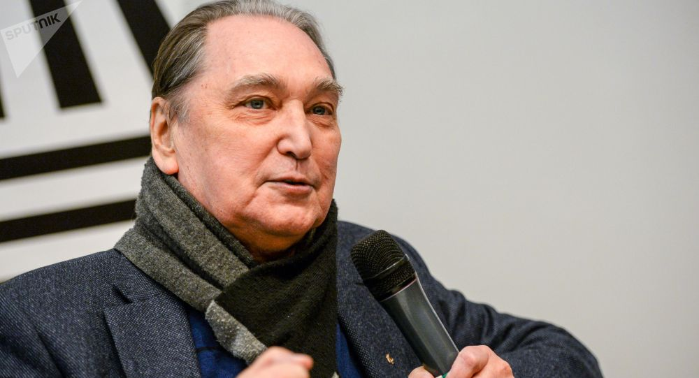 Актёр Владимир Коренев во время интервью. Архивное фото