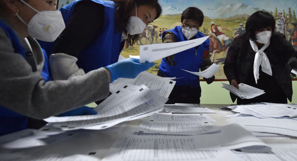 Члены избирательной комиссии в масках подсчитывают голоса. Архивное фото