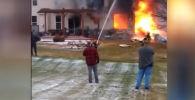 В результате крушения погибли пилот и два пассажира воздушного судна. Жильцы находились дома, к счастью, им удалось выжить.