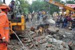 Спасатели работает на месте обрушения крыши крематория в Газиабаде, Индия