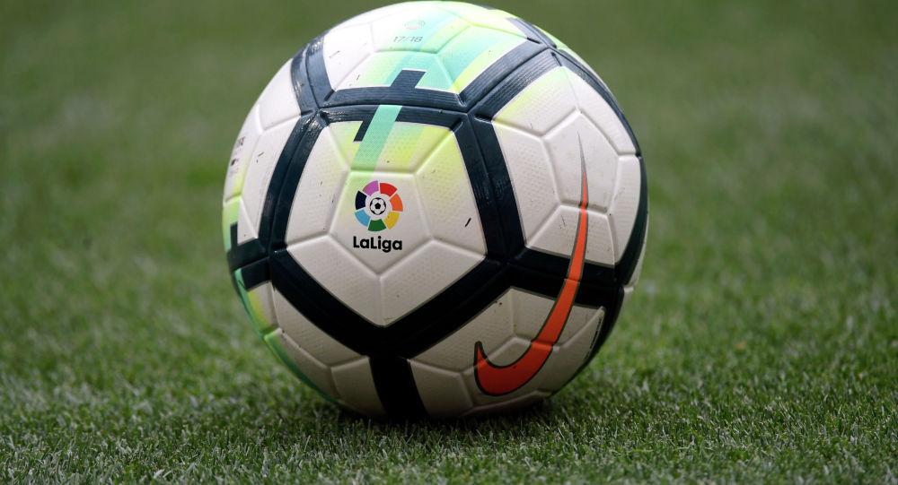 Логотип La Liga на мяче футбольного матча испанской лиги. Архивное фото