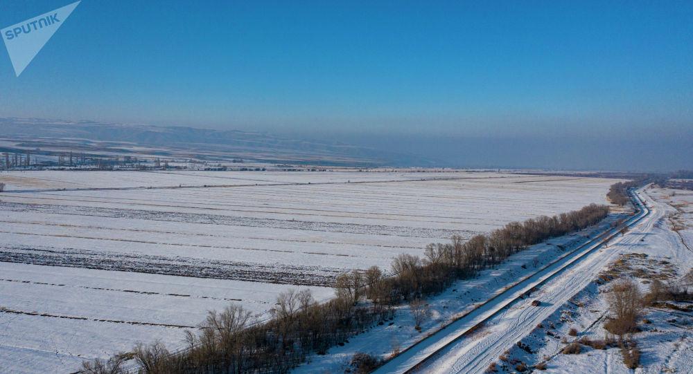 Вид на дорогу в селе Кашка-Суу в Аламудунском районе Чуйской области