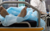 Пациент в больничной койке. Архивное фото