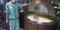 Сотрудница на линии производства молочной продукции. Архивное фото