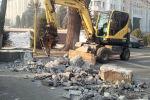 Вокруг Белого дома в Бишкеке демонтируют фундамент металлического ограждения