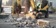 Ак үйдүн имаратынын айланасына орнотулган бетон тосмолор алынды
