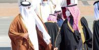 Наследный принц Саудовской Аравии Мохаммед бен Салман встречает эмира Катара Тамима бин Хамада аль-Тани, который прибыл для участия в 41 саммите Совета сотрудничества арабских государств Персидского залива. 5 января 2021 года
