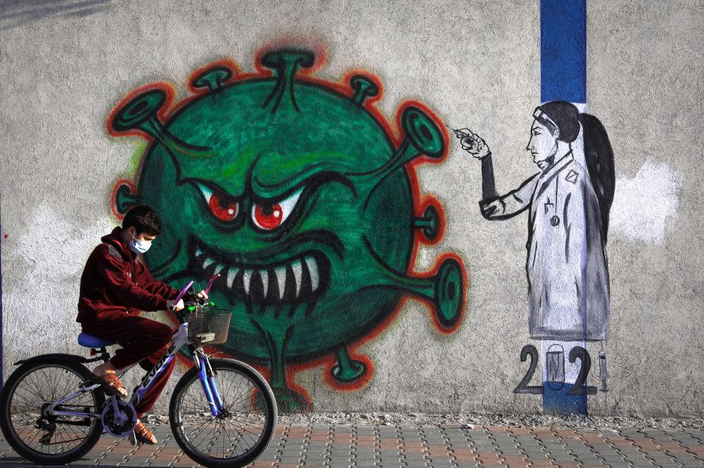 Вакцина сайып жаткан медайым тартылган граффити. Газа шаары
