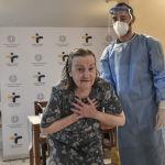 Вакцина алган аял ыраазычылыгын айтууда. Греция