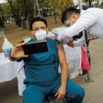 Мексикада вакцина алып жаткан медик өзүн сүрөткө тартууда