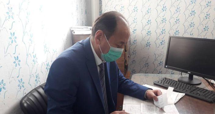 Министр здравоохранения Алымкадыр Бейшеналиев посетил пострадавших в результате взрыва в Таласской области и провел консилиум по состоянию их здоровья, сообщила пресс-служба Минздрава