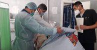 Саламаттык сактоо министри Алымкадыр Бейшеналиев Таластагы өрттөн күйүк алган адамдардын абалынан кабар алды