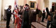 Сторонники президента Дональда Трампа проводят демонстрацию на втором этаже Капитолия США у входа в Сенат после прорыва системы безопасности в Вашингтоне. США, 6 января 2021 года