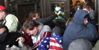 Протестующие собираются у дверей здания Капитолия США в Вашингтоне, округ Колумбия. 6 января 2021 года